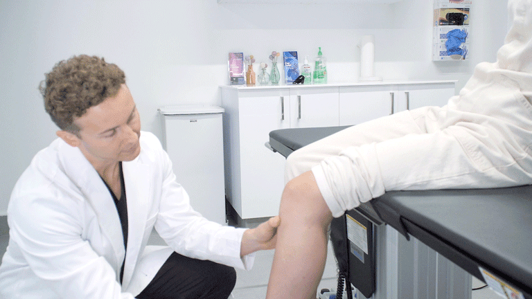 When your knee hurts, you try to relieve it. But treatment depends on the cause. The top knee specialist explains why the cause must determine the treatment.